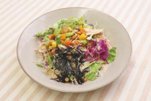 15品目の食材が入った健康を意識したサラダ