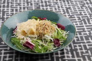 国産の湯葉に山椒の風味が効いた贅沢な和風サラダ