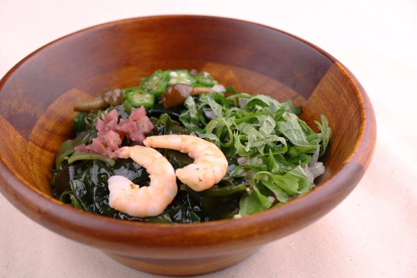 大葉の風味とネバネバ具材の食感が楽しいサラダ